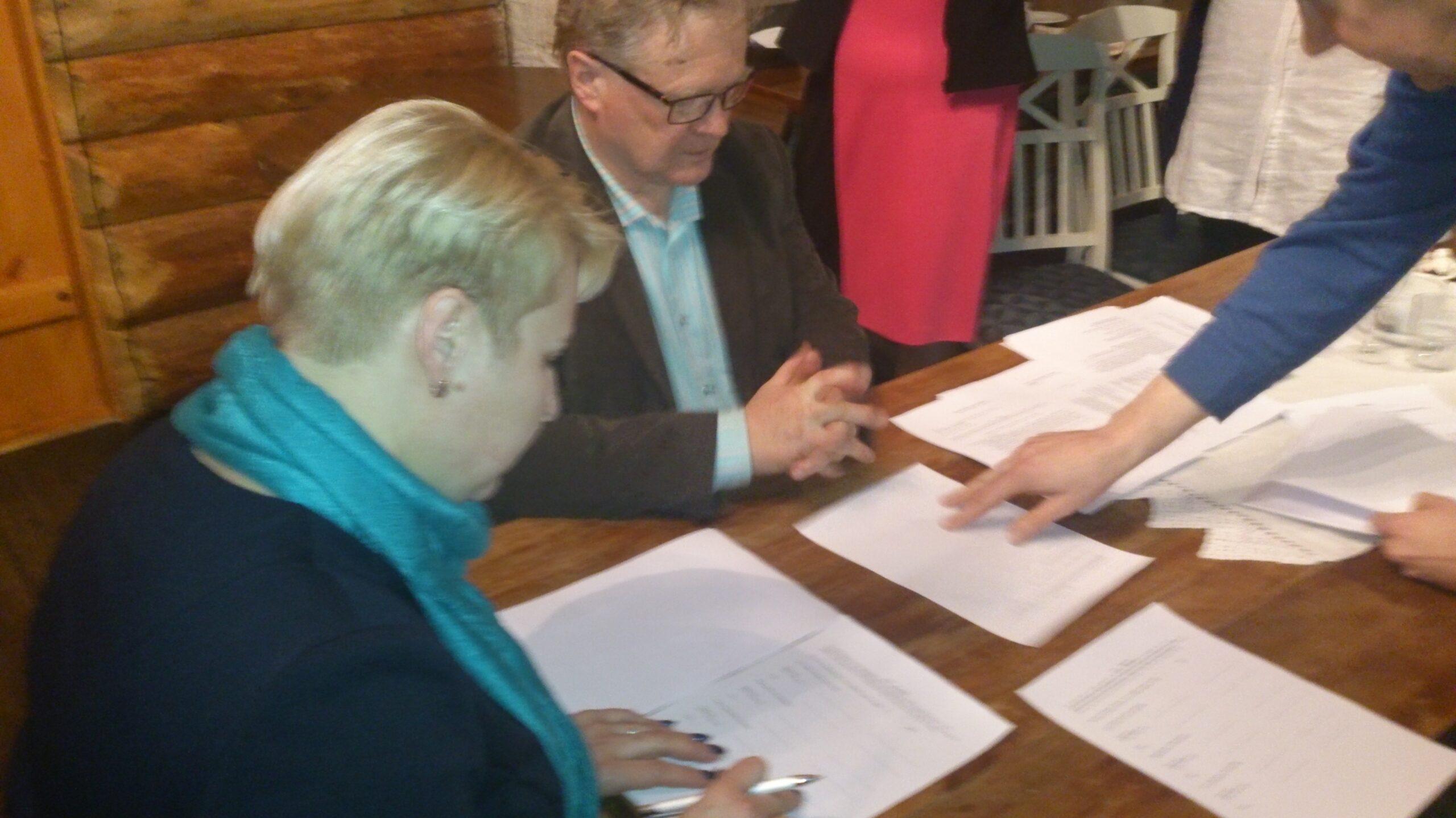 Triin Matsalu ja Esko Pietari allkirjastavad koostöö kokkuleppe